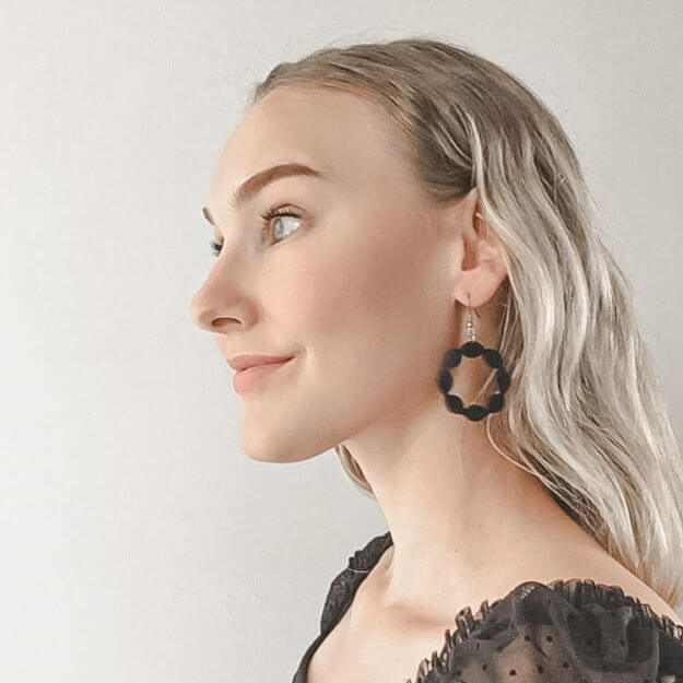 Sweetie earrings in black and woman